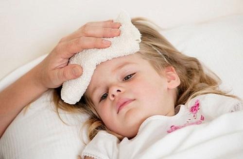 Sốt là dấu hiệu thường gặp ở trẻ bị viêm amidan