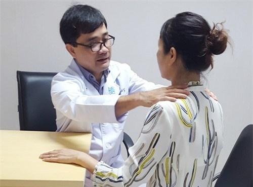 Thăm khám bệnh nhân bị bướu cổ