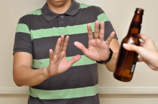 Ngưng dùng rượu bia và các chất kích thích khi đang bị đau họng