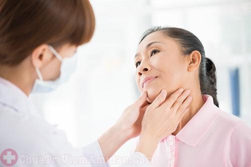 Làm gì khi bị viêm họng sưng hạch cổ?