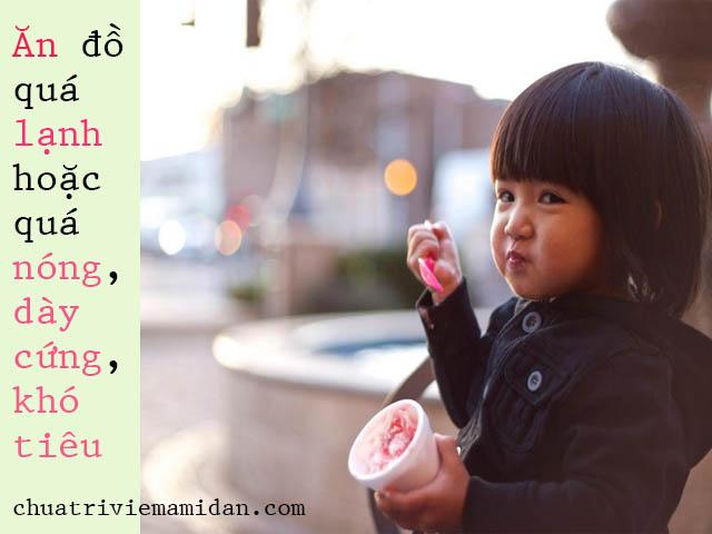 """. Thói quen ăn uống Cấu tạo hầu họng ở trẻ em chưa thật sự """"dày chắc"""" như ở người lớn. Vì vậy nguyên nhân gây viêm amidan ở trẻ không thể không nhắc đến thói quen ăn uống. Nếu như cha mẹ cho trẻ ăn quá nhiều đồ cay nóng, đồ quá cứng, đồ dầu mỡ,... đều gây ra ảnh hưởng đến amidan và hệ tiêu hóa. Các thức ăn khi được đưa vào khoang miệng sẽ cọ xát, tạo thành những thương tổn lên amidan, khiến amidan dễ bị khuẩn nhiễm tấn công. Bên cạnh đó, việc uống ít nước, uống nước quá nóng hoặc quá lạnh cũng có thể là lí do khiến trẻ bị viêm amidan."""